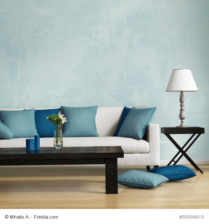 weißes Sofa mit blauen Kissen; www.fengshui-schmidt.de