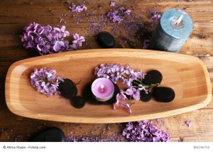 Composition with wooden bowl with water and lilac flowers; www.fengshui-schmidt.de.vu